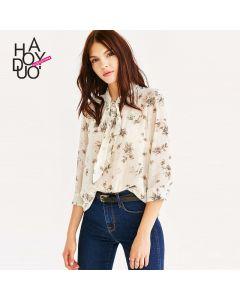 Blomstrete langermet chiffon skjorte med sløyfe.