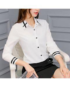 Langermet chiffon skjorte med krage og knapper.