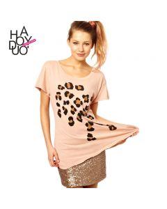 Rosa kortermet t-skjorte med leopard trykk og rund hals.