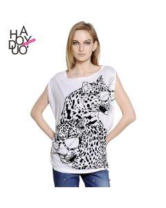 Hvit kortermet t-skjorte med trykk og rund hals.