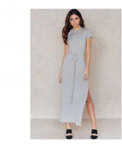 Lang kjole med høy splitt og korte ermer.
