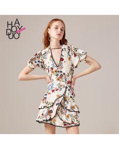 Kort blomstrete kjole med korte ermer og v hals.