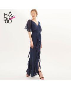 Elegant lang kjole med blonder v hals og korte ermer.