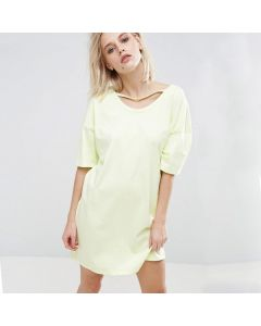 Flott kort kjole med åpen rygg og korte ermer.