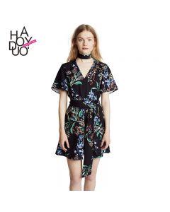 Kort blomstrete kjole med v hals og korte ermer