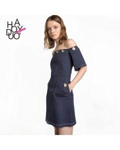 Kort stroppeløs kjole med flotte detaljer.