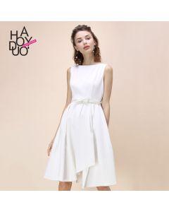 Stilig ermeløs kjole med vidt skjørt