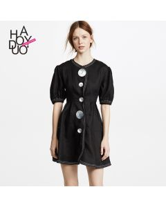 Kort kjole med rund hals og puff ermer.