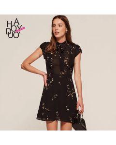 Kort ermet chiffon kjole med rund hals og kort skjørt