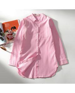 Langermet skjorte med liten krage og lomme.