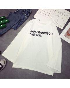 Langermet trendy t-skjorte med skrift og rund hals.