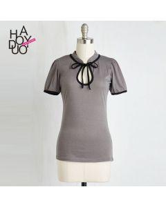 Retro kortermet t-skjorte med liten krage og sløyfe.