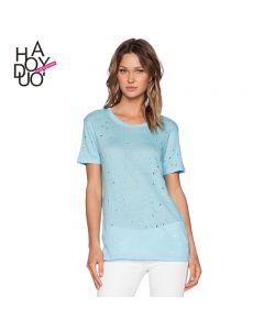 kortermet t-skjorte med hull mønster og rund hals.