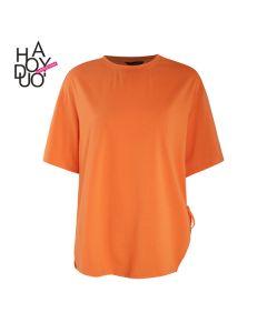 Ensfarget kortermet t-skjorte med asymmetrisk midje.