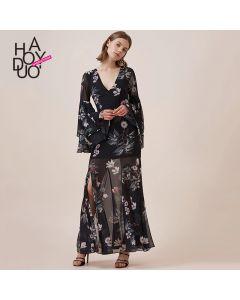Elegant lang kjole med høy splitt og v-hals.